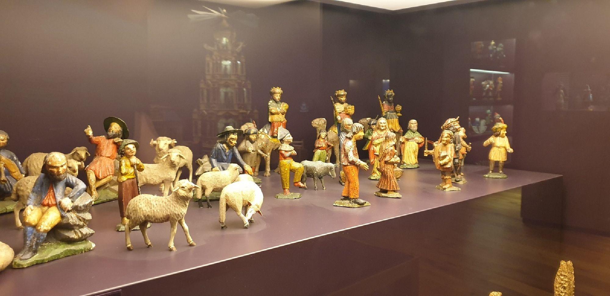 Holzfiguren in der Manufaktur der Träume